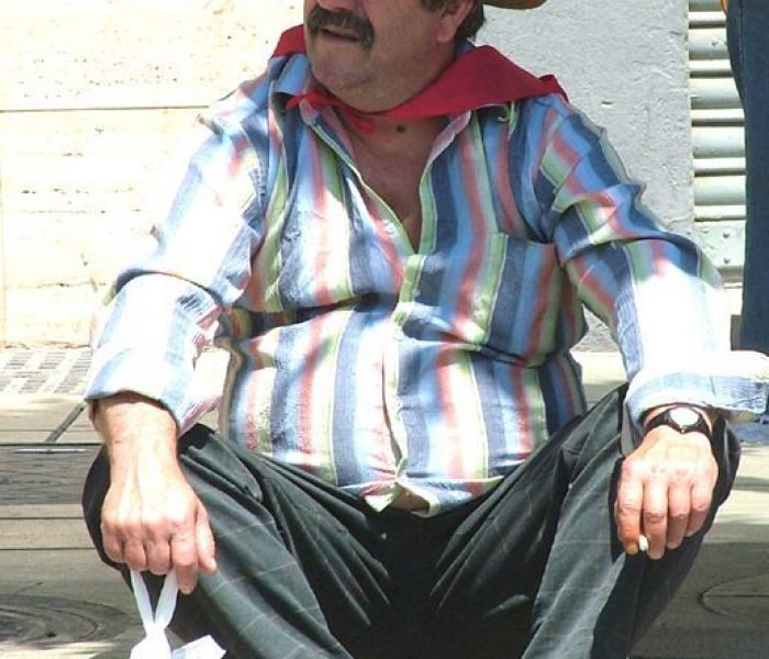 40 pc Spanish man waitong for donkey